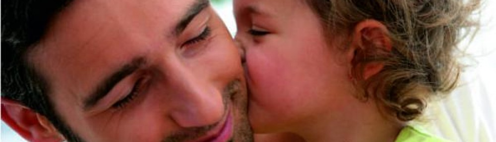 Kind küsst Vater